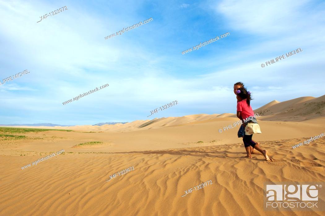 Stock Photo: Mongolia, Omnogov province, National Park of Gobi, Gobi desert, Khongoryn Els dunes.