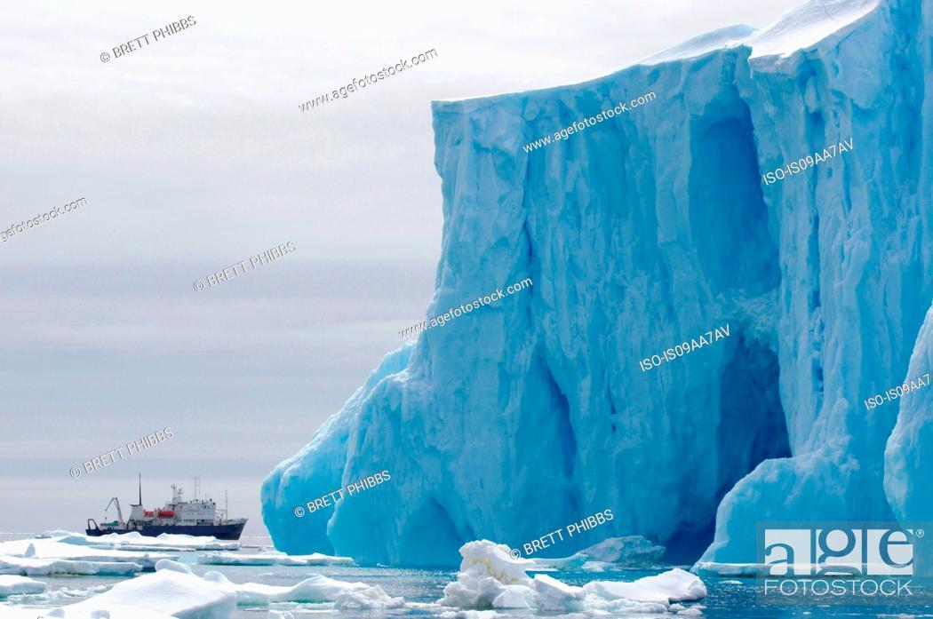 Imagen: Spirit of Enderby ship, iceberg, ice floe in the southern ocean, 180 miles north of East Antarctica, Antarctica.