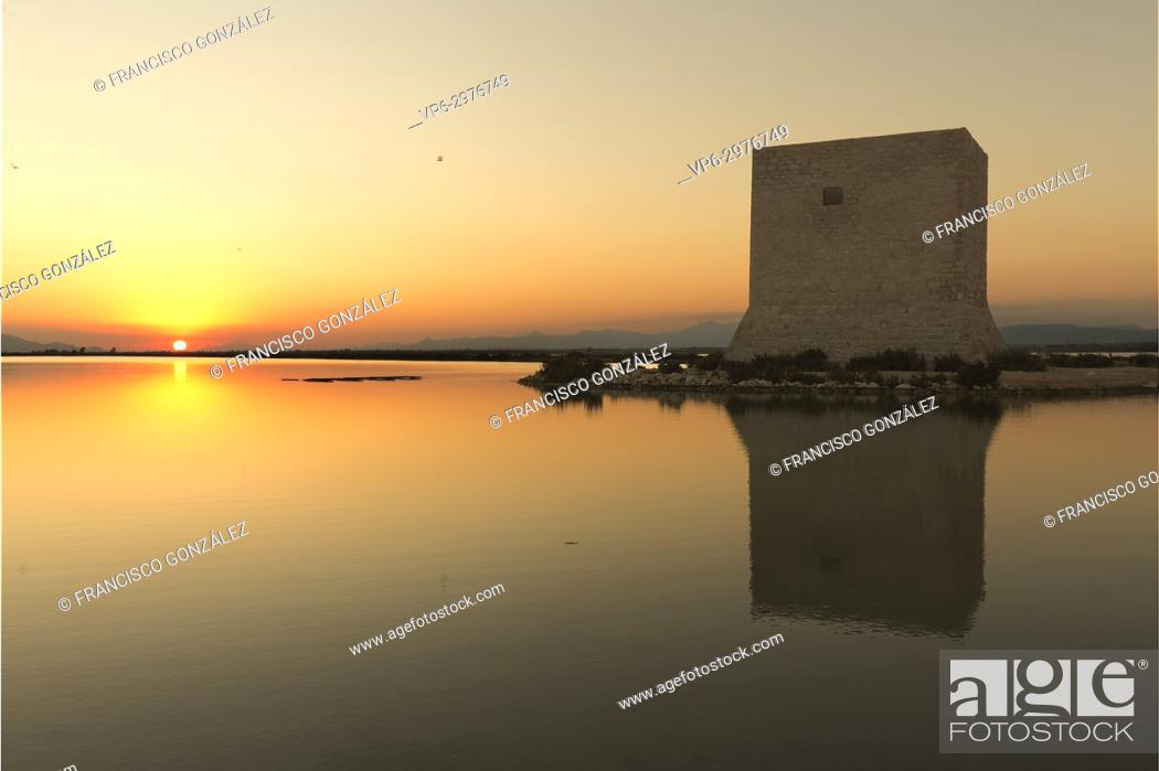 Photo de stock: Tower of Tamarit at sunset in the town of Santa Pola, province of Alicante in Spain.
