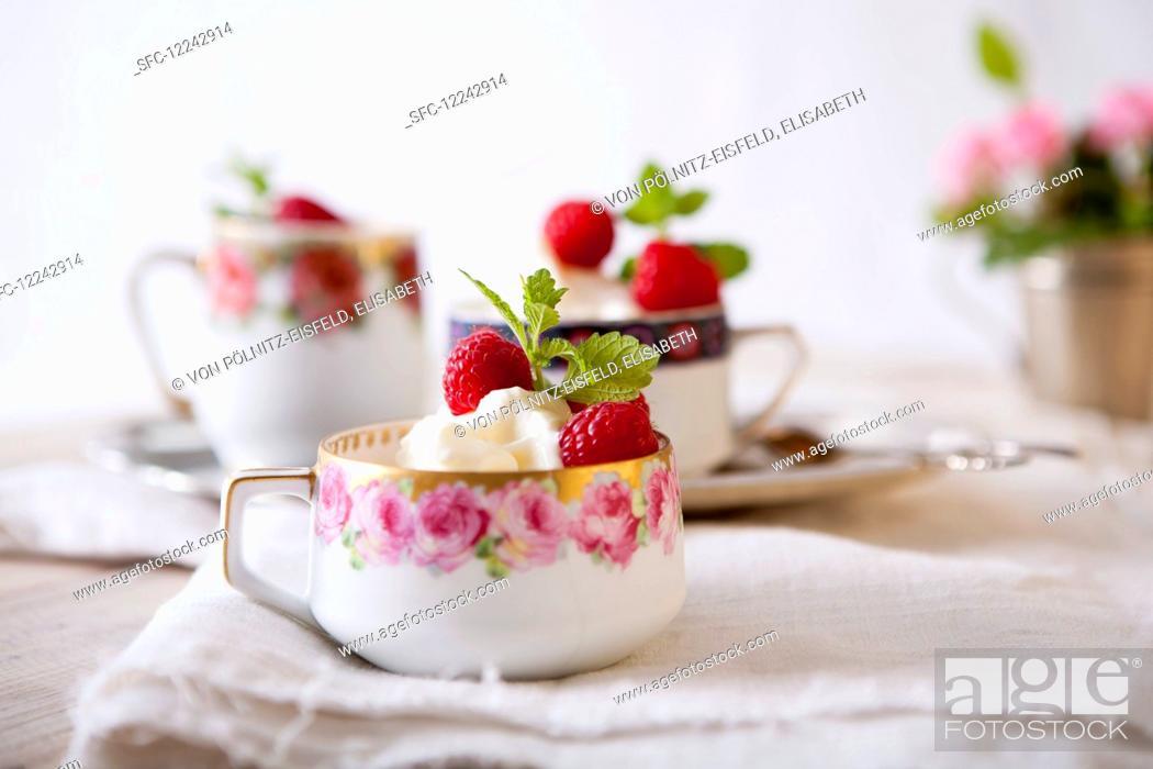 Imagen: Elderflower ice cream with raspberries.