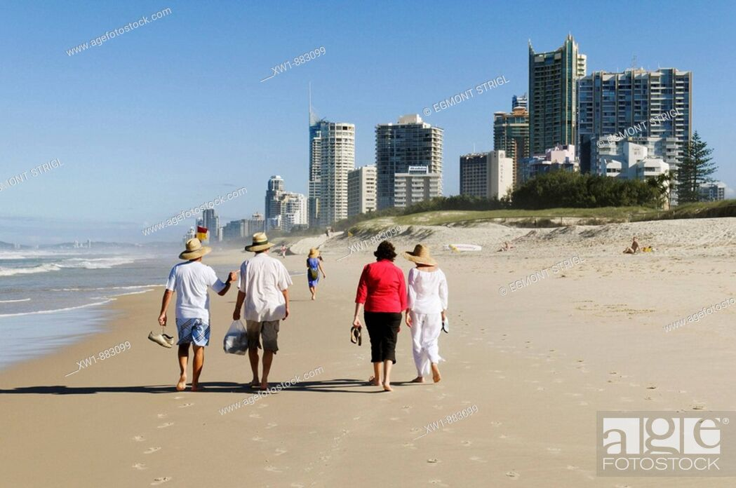 Imagen: walking people on the beach at Surfers Paradise, Gold Coast, Queensland, Australia.