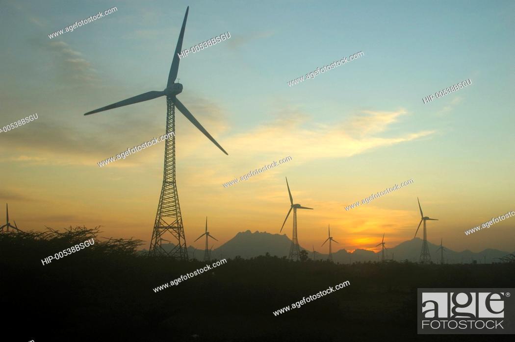 Imagen: WINDMILLS AT ARALAVAIMOZHI IN NAGERCOIL, TAMILNADU, INDIA.