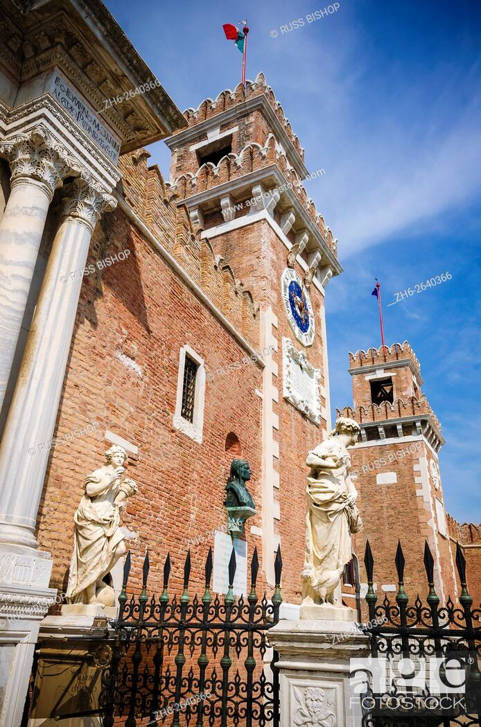 Imagen: Statues at the entrance to the Arsenal, Venice, Veneto, Italy.