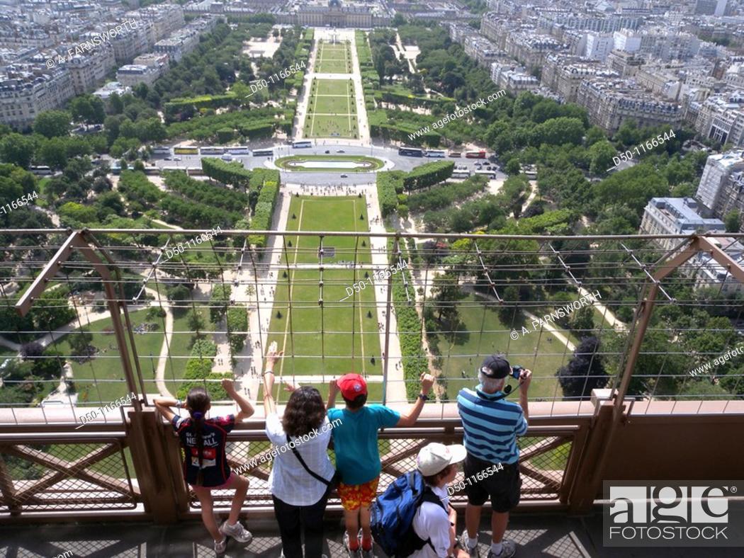 Imagen: Tourist on the Eiffel Tower looking over Champs de Mars, Paris, France.