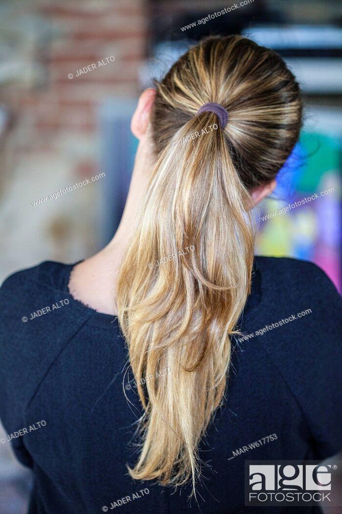 Stock Photo: ragazza di spalle con la coda di cavallo.