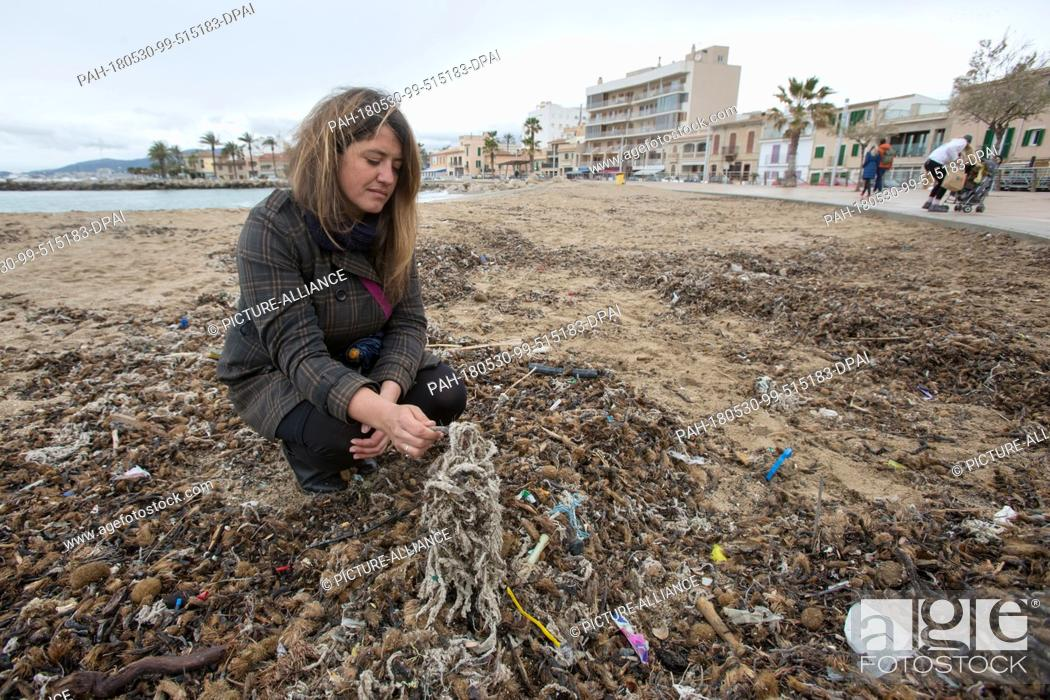 Imagen: 20 March 2018, Spain, Mallorca: Aina Barcelò from the environment organisation 'Ondine Baleares' examining rubbish on the beach in the Palma bay which has got.