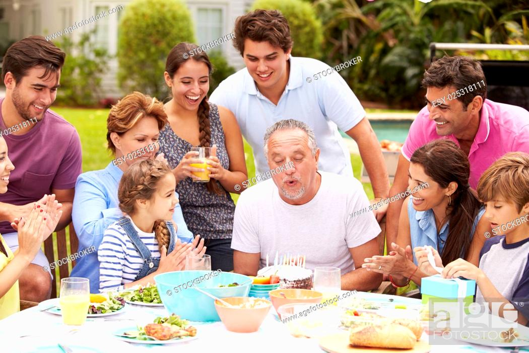 Imagen: Multi Generation Family Celebrating Birthday In Garden.