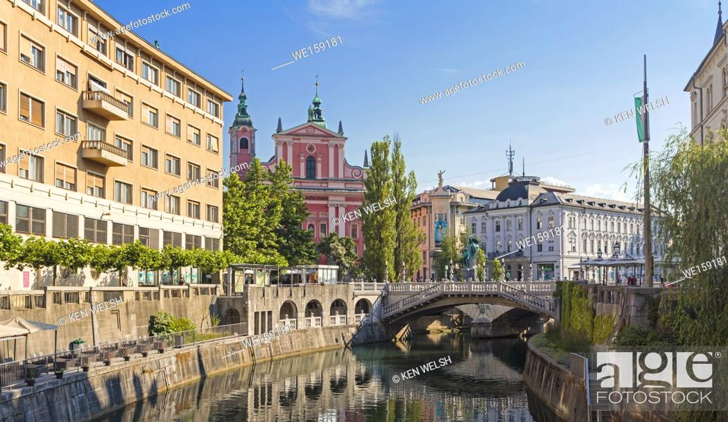 Imagen: Ljubljana, Slovenia. Baroque Franciscan Church of the Annunciation seen behind the Tromostovje, or Triple Bridge on the Ljubljanica river.