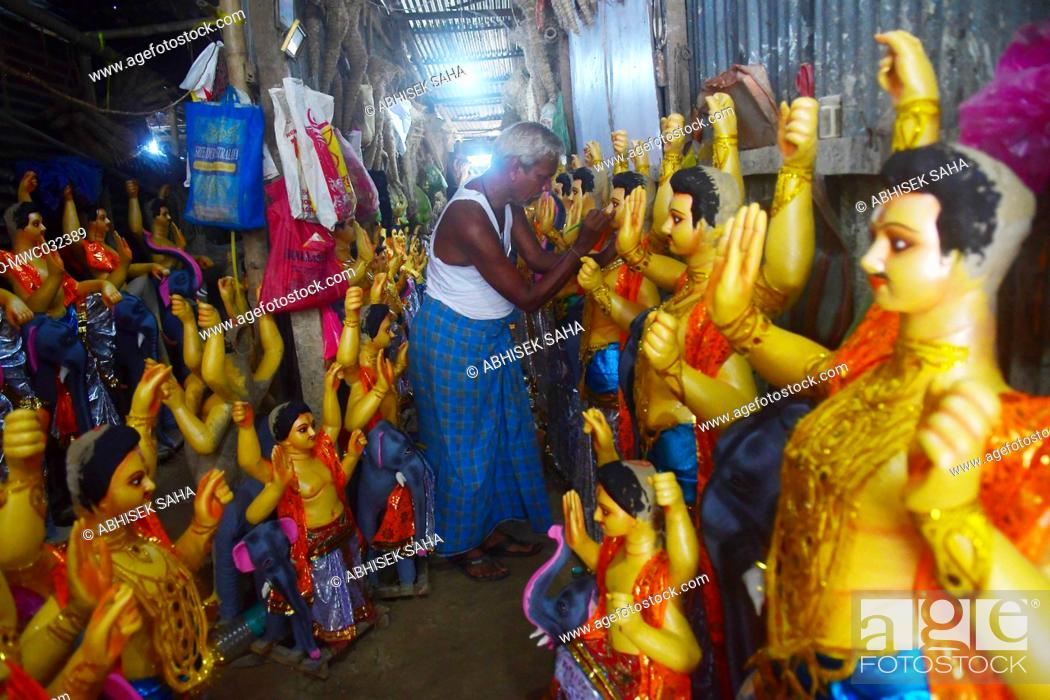 Imagen: Idol makers are doing final touches and preparing the idols of Lord Vishwakarma for sale on the eve of the Vishwakarma Puja (The worship of Lord Vishwakarma) an.