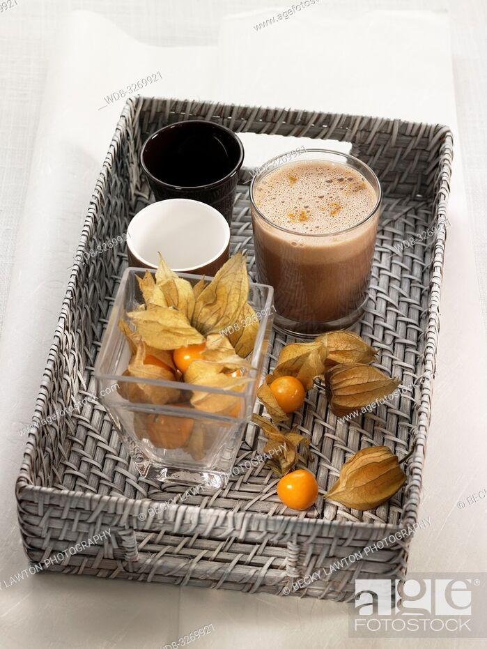 Imagen: milk shake de chocolate, naranja y phisallys, con leche vegetal.