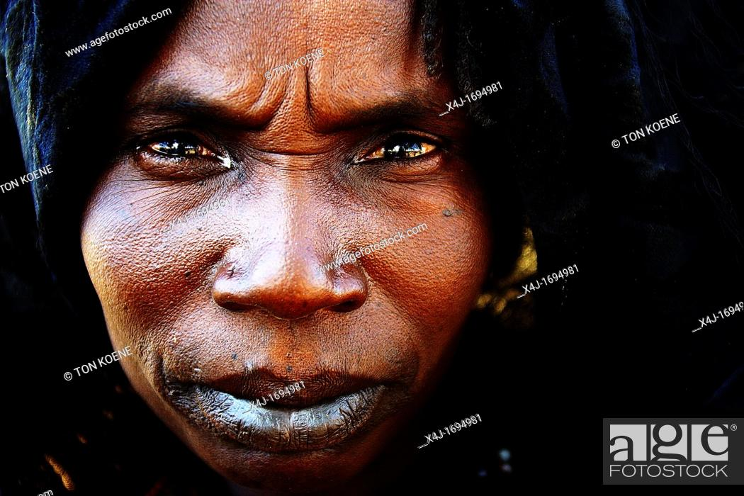 Photo de stock: Village is attacked and destroyed by Janjaweed Arab militia People have been killed, West Darfur, Sudan This Sudanese woman has fled to Chad and lives in.