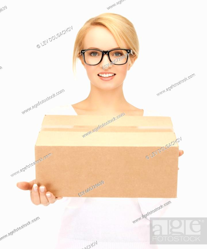 Imagen: picture of happy woman with cardboard box.