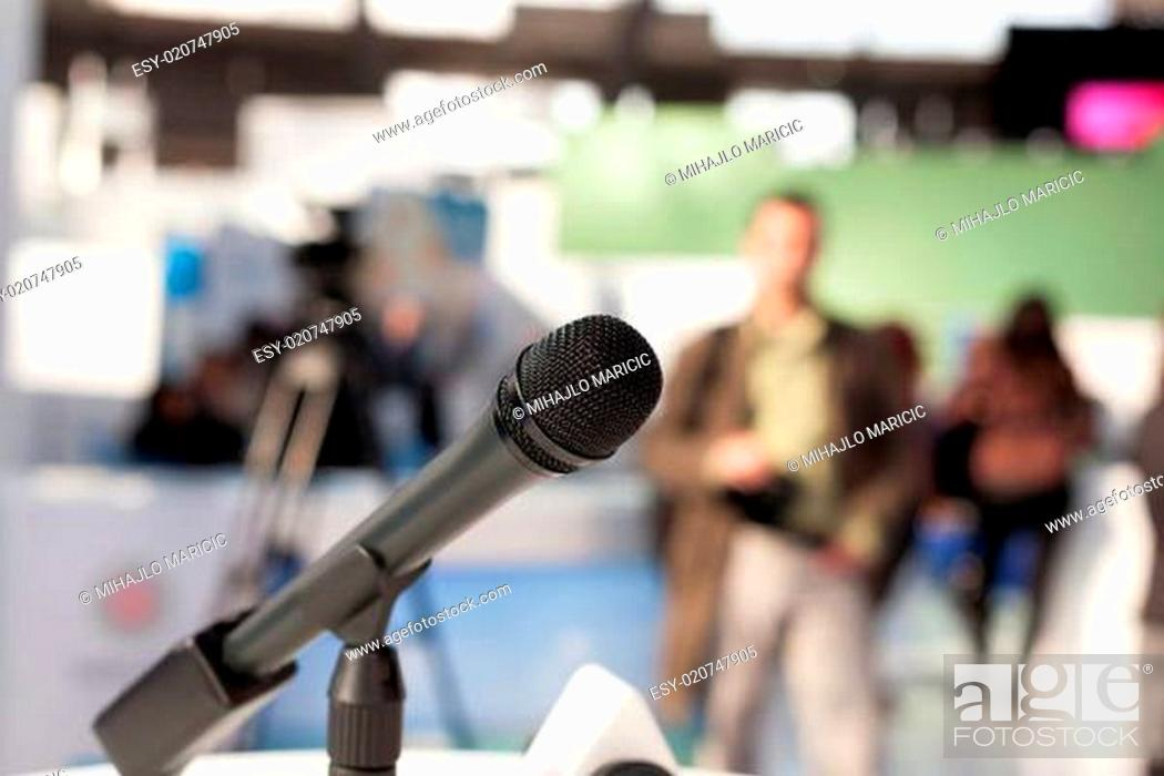 Imagen: Microphone in focus against blurred background.