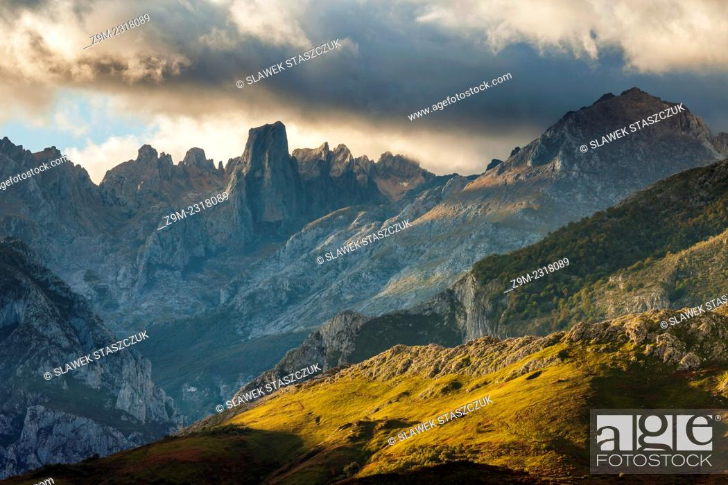 Imagen: Stormy morning in Picos de Europa National Park, los Urrieles (central massif).