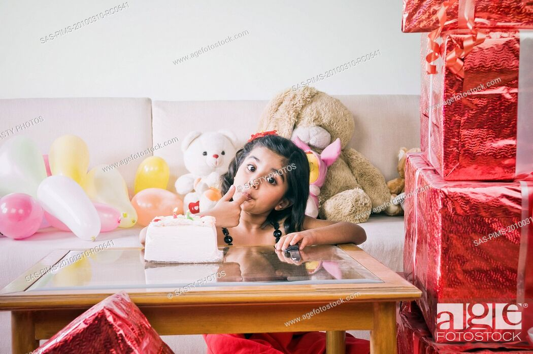 Imagen: Girl eating a birthday cake.