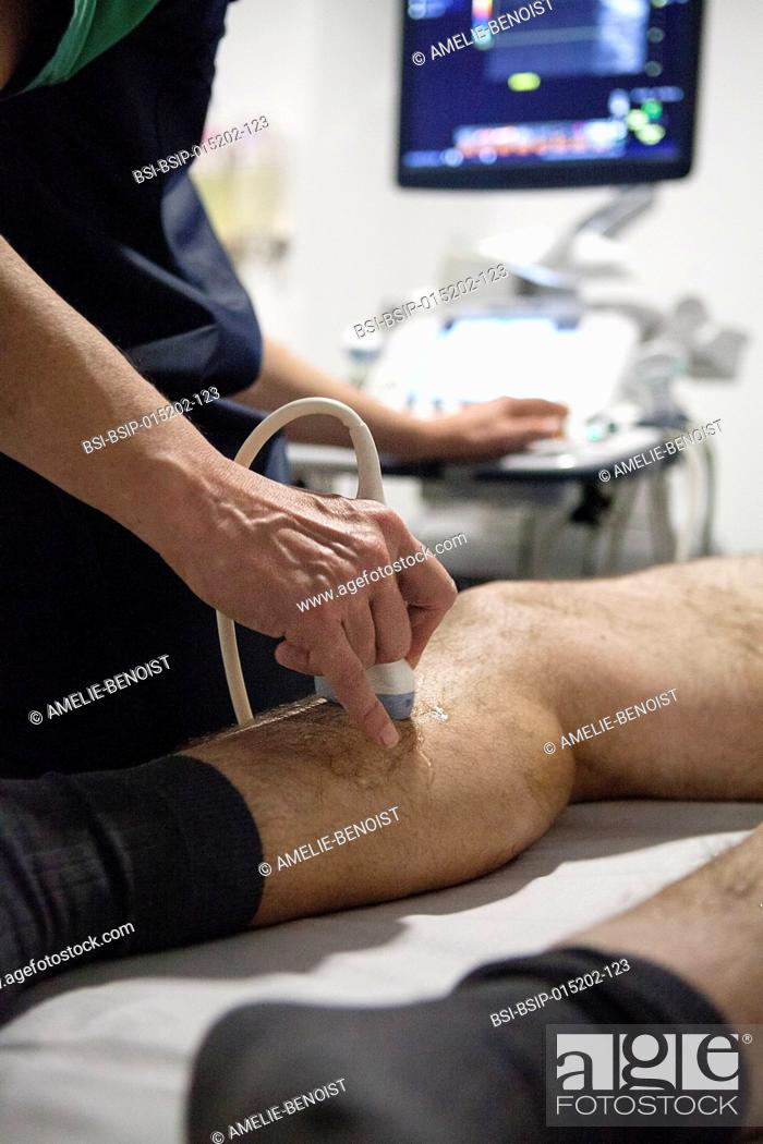 Imagen: Reportage in a radiology centre in Haute-Savoie, France. A radiologist carries out a doppler ultrasound on a patient with varicose veins.