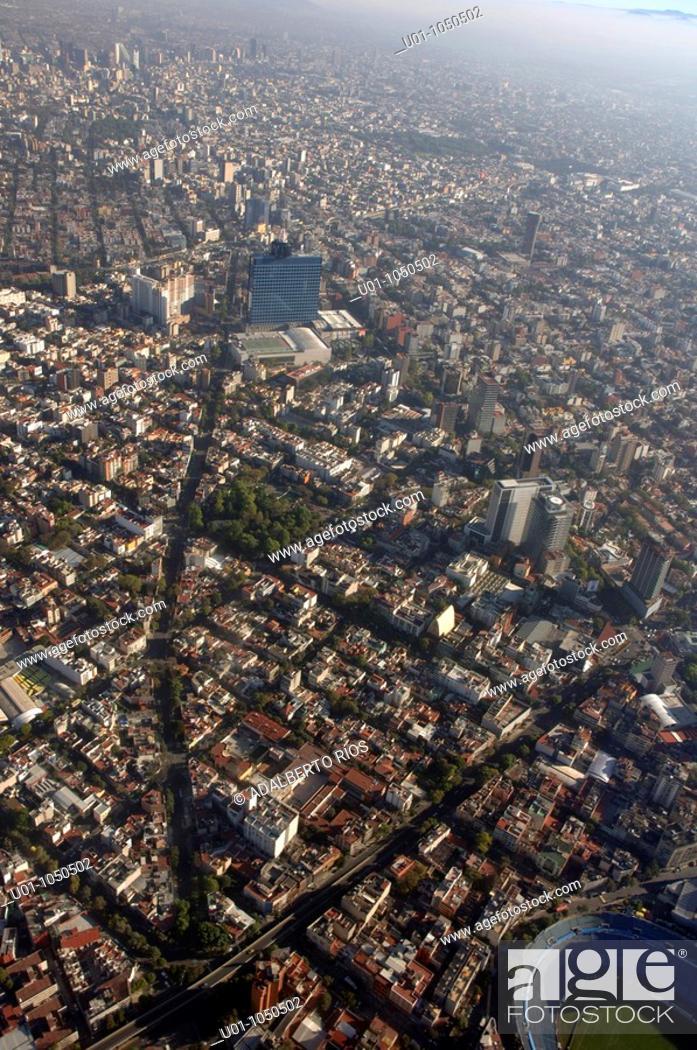 Stock Photo: La ciudad de México Distrito Federal se localiza en el Valle de México cuenca casi cerrada a 2240 mts sobre el nivel del mar en el eje neovolcánico donde.