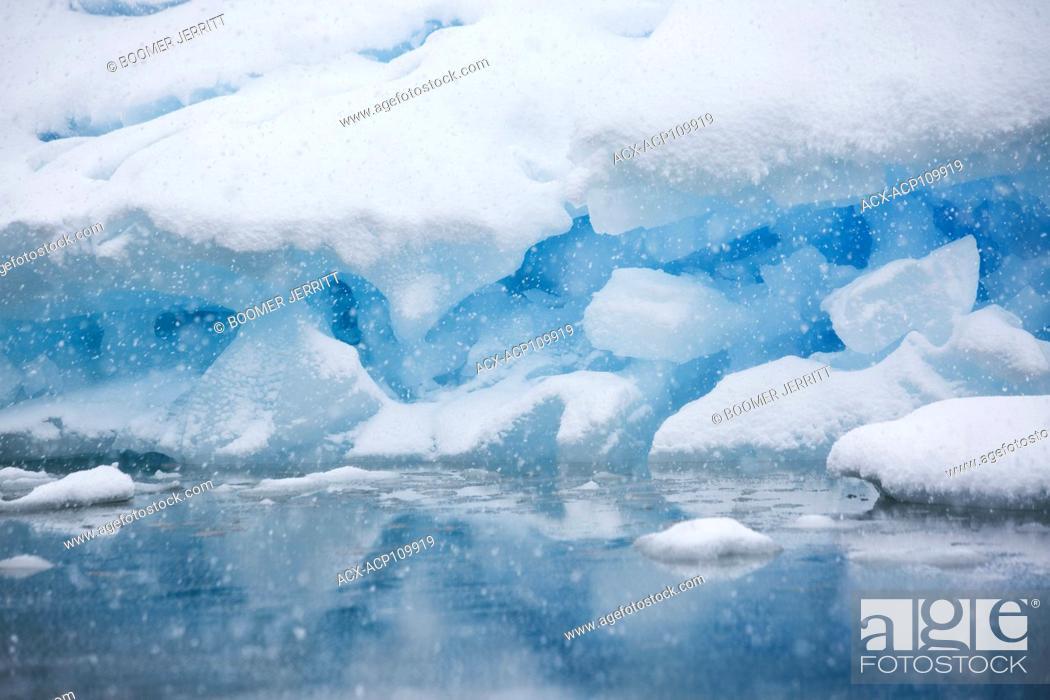 Imagen: Snow falling on a grounded iceberg near Pleneau Island with its many hues of blue gives the impression of being inside a snowglobe, Pleneau Island.