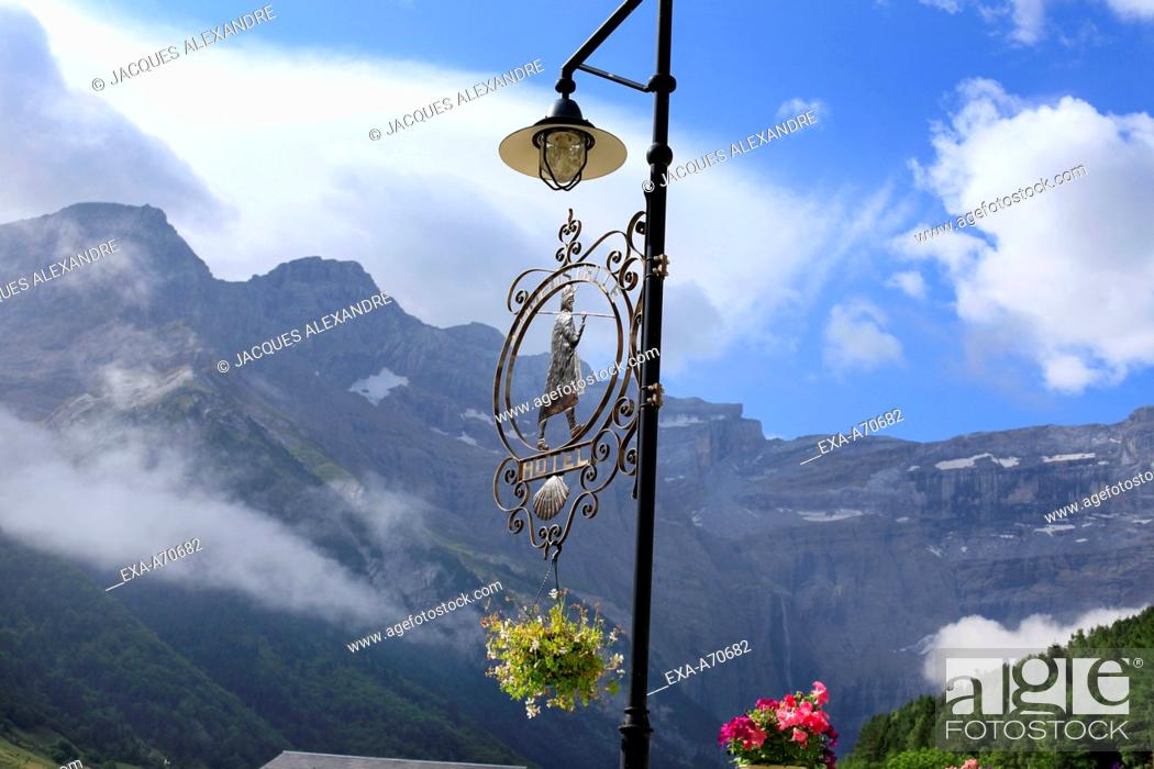 Imagen: Lantern with shield of the Jacob pilgrims with view on the Cirque de Gavarnie, Pyrenees mountain, France.
