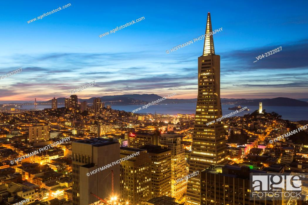 Stock Photo: San Francisco skyline with Transamerica Pyramid at night, California, USA.