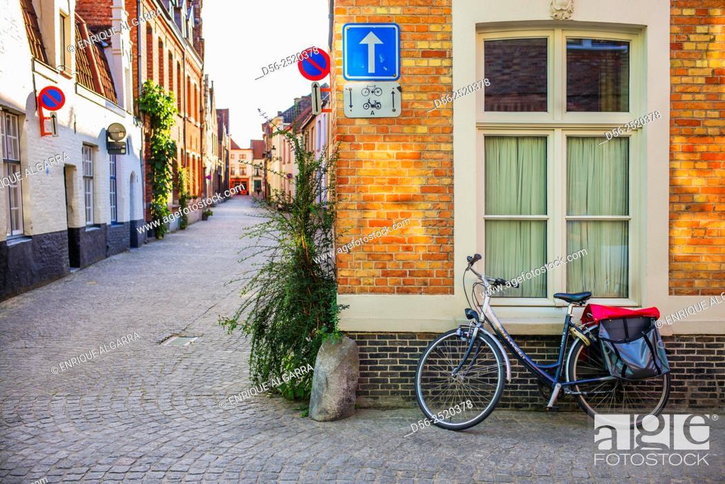 Imagen: street corner and bicycle, Bruges, Belgium.