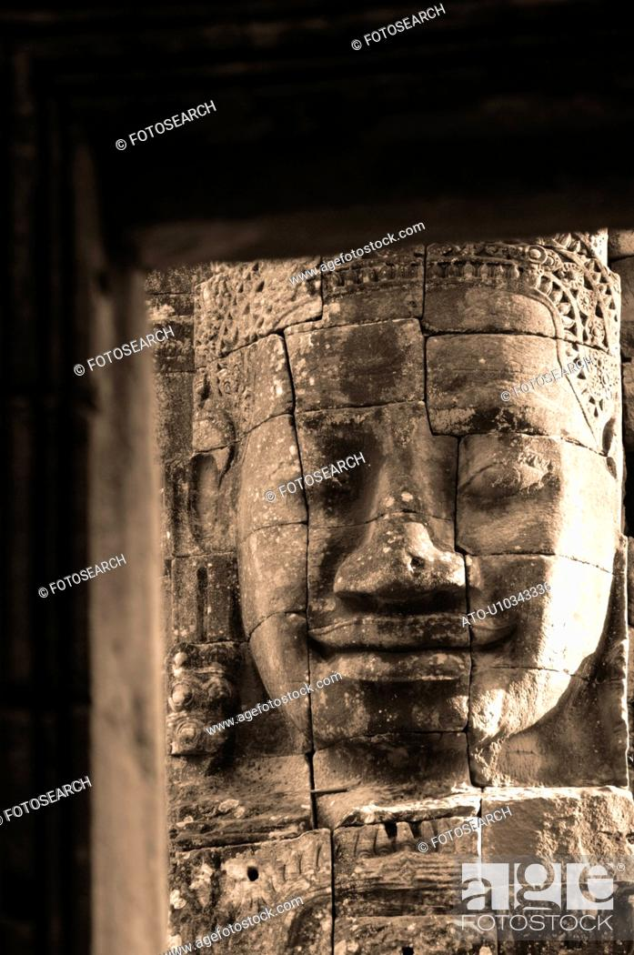 Imagen: Stone carving of a face on wall at Khmer Kingdom palace ruins.