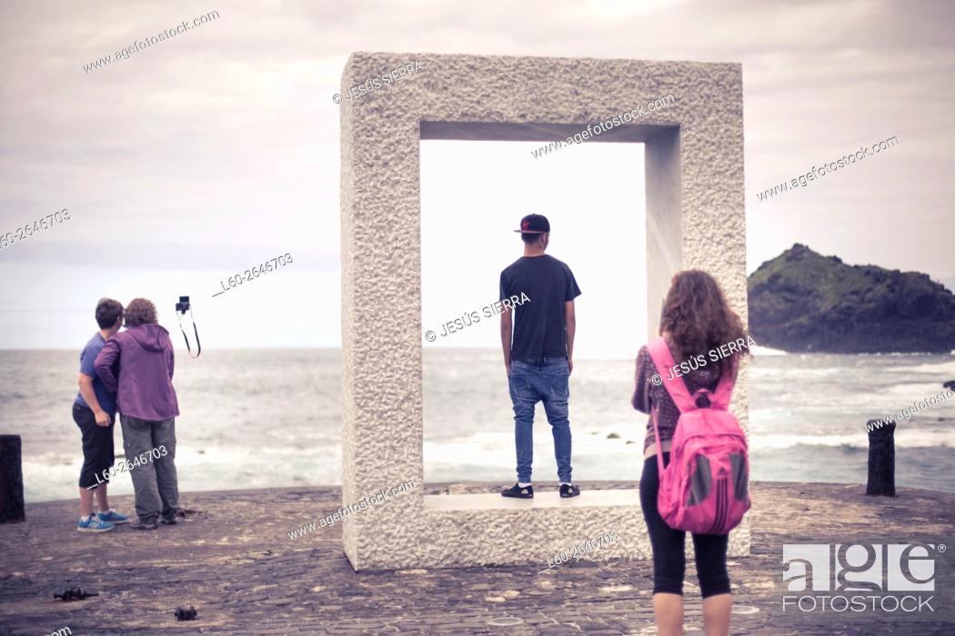 Imagen: Tourist in Garachico, Tenerife, Canary islands, Spain.çTensei Tenmoku ('Door without Door') by Japanese artist Kan Yasuda.