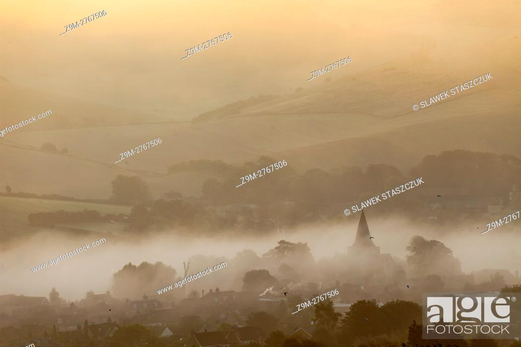 Imagen: Misty autumn sunrise in Alfriston, South Downs National Park, East Sussex, England.