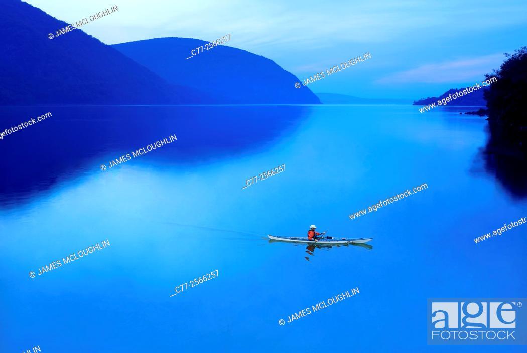 Imagen: Kayak, water scene.