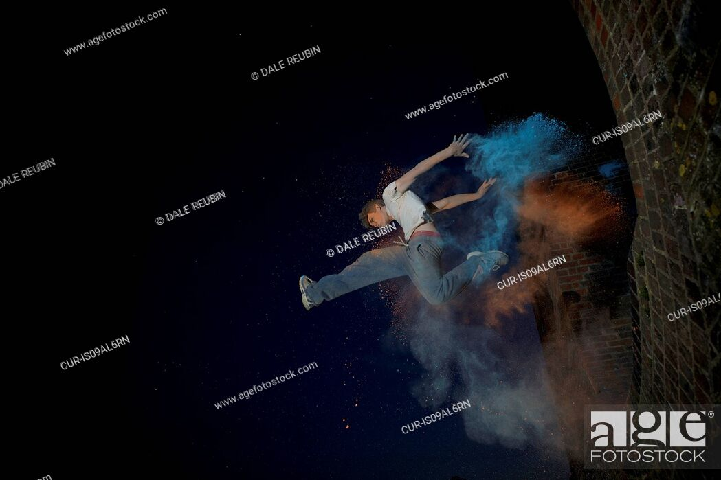 Imagen: Parkour athlete experimenting with movement and powder paint at Balcombe Viaducts, Sussex, United Kingdom.
