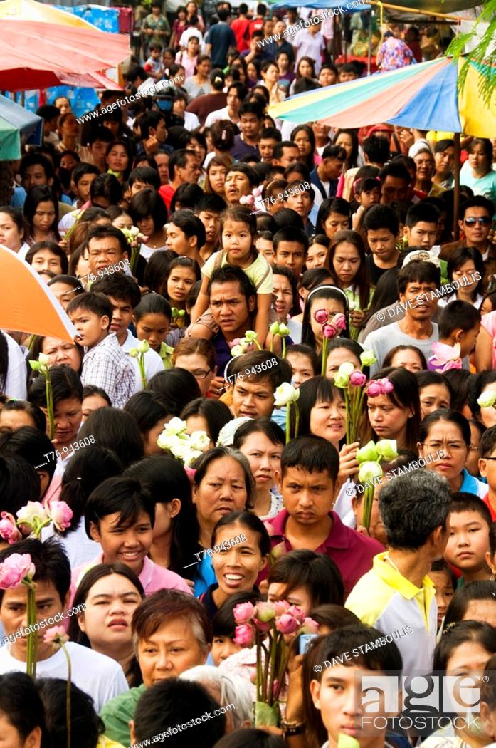 Imagen: crowd with lotus flowers at the Rap Bua Lotus Throwing Festival in Thailand celebrating the end of Buddhist Lent.