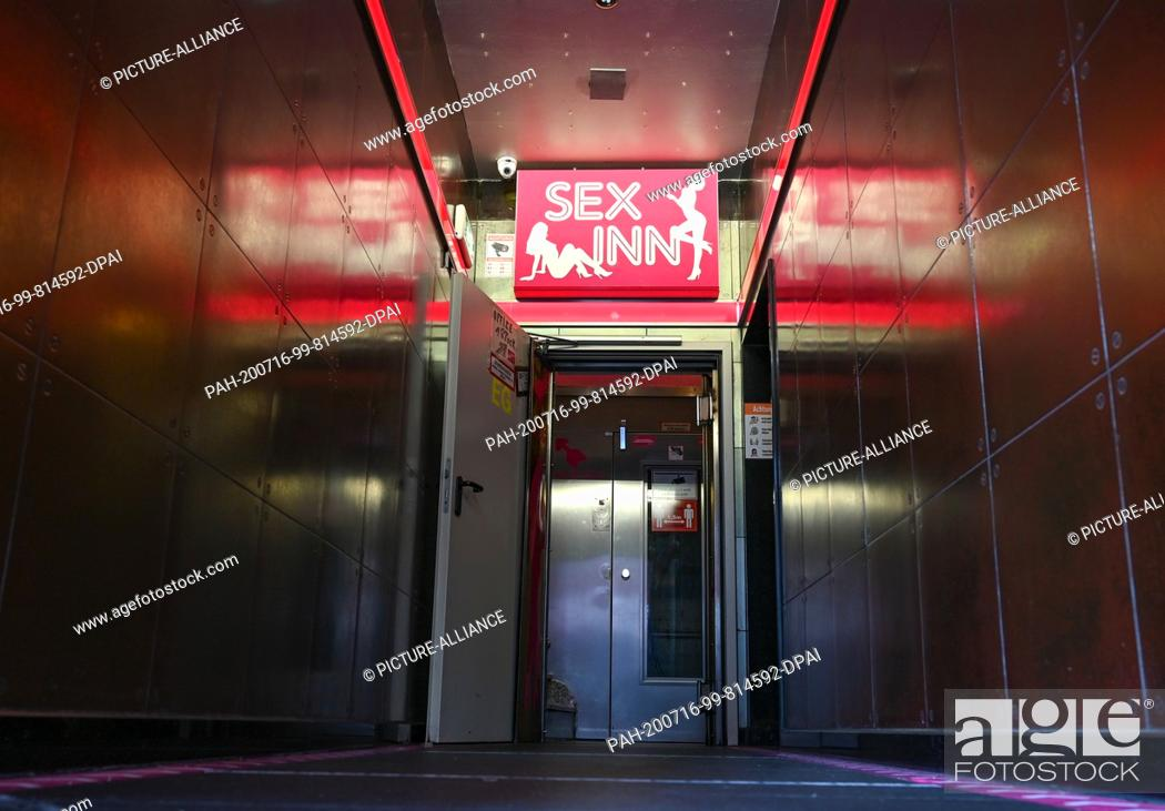 "Photo de stock: 16 July 2020, Hessen, Frankfurt/Main: View into the entrance area of the running house """"Sex Inn"""" in the Frankfurt station district."