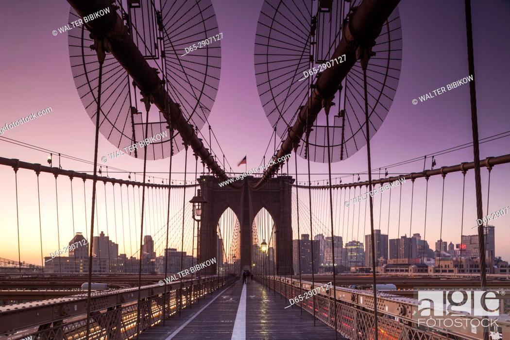 Imagen: USA, New York, New York City, Brooklyn-Dumbo, Brooklyn Bridge, dawn.