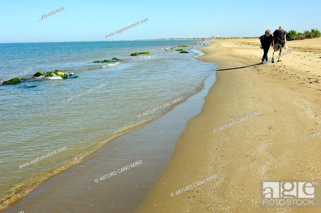 Imagen: A couple on the beach. Ebro Delta Natural Park. Tarragona, Spain.