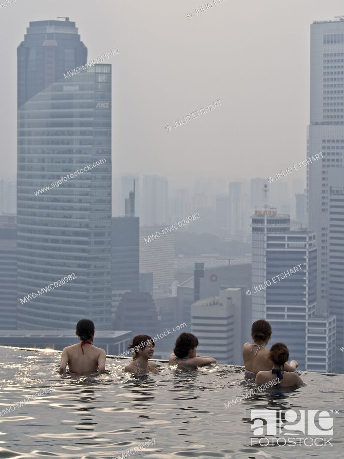 Imagen: Guests relax at the Infinity Pool at the famous Marina Bay Sands Hotel SkyPark, Singapore.