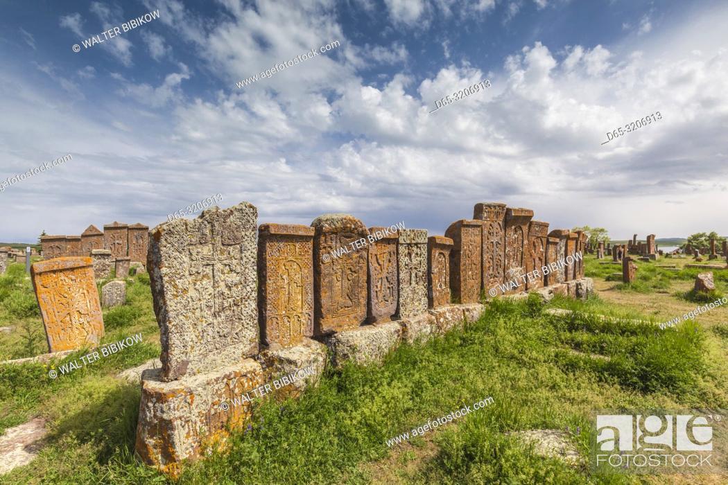 Imagen: Armenia, Lake Sevan, Noratus, town cemetery, ancient khachkar monuments.