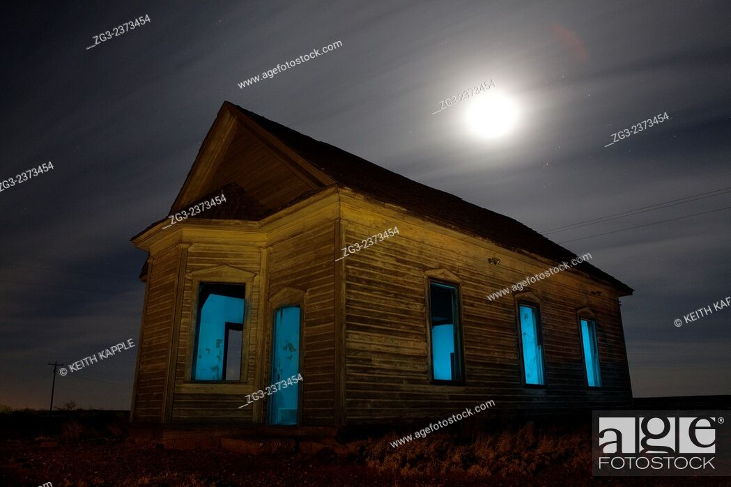Photo de stock: Abandoned Taiban Presbyterian Church in New Mexico at night with star trails.