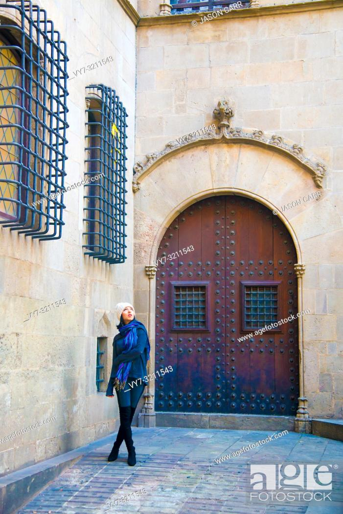 Imagen: Caucasian female model poses for pictures at the tourists destination Barcelona, Spain. Barcelona is known as an Artistic city located in the east coast of.