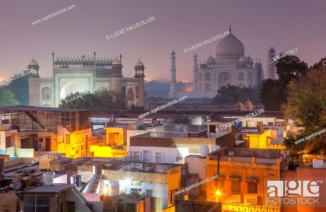 Imagen: Taj Mahal and roofs of the city, Agra, India.