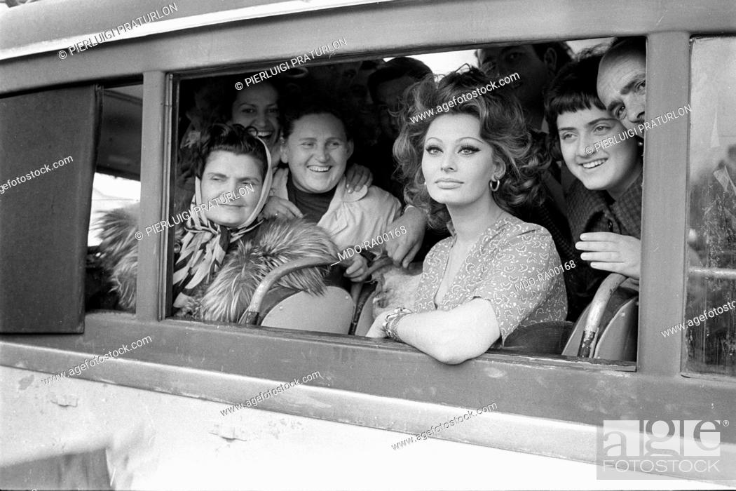 Imagen: Italian actress Sophia Loren Portrait of a bus full of local people during the filming of Marriage Italian Style. 1964.