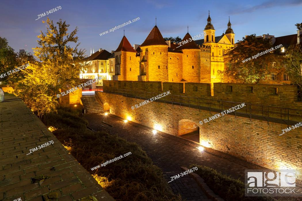 Imagen: Evening at the Barbican and city walls in Warsaw, Poland.