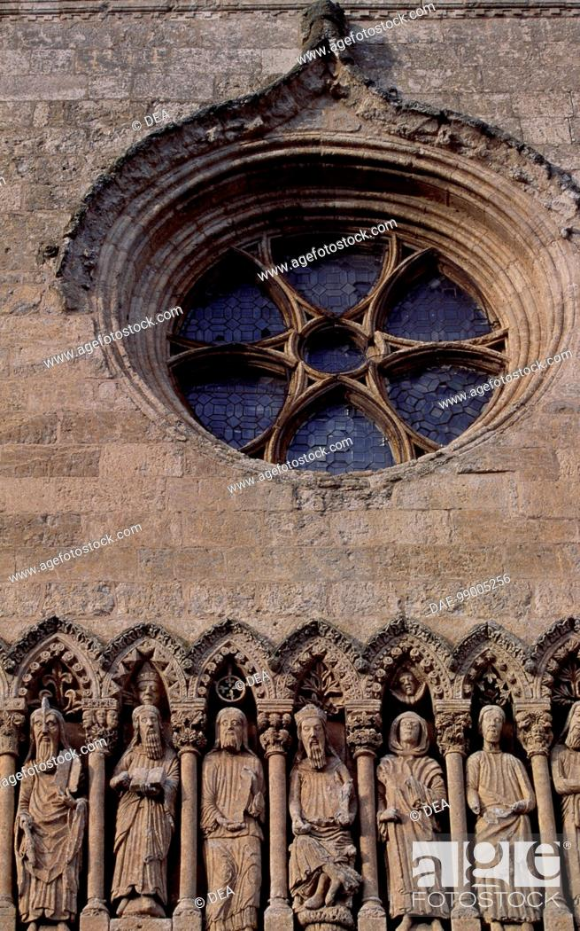 Imagen: Frieze with Old Testament characters and rose window, detail from the facade of the Cathedral of Santa Maria, Ciudad Rodrigo, Castile and Leon.