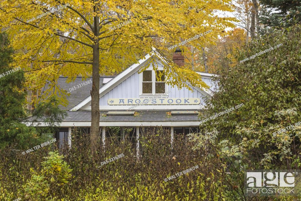 Photo de stock: USA, Maine, Bayside, Bayview Cottages, oceanside community of cottages at former religious themed resort, cottage, autumn.
