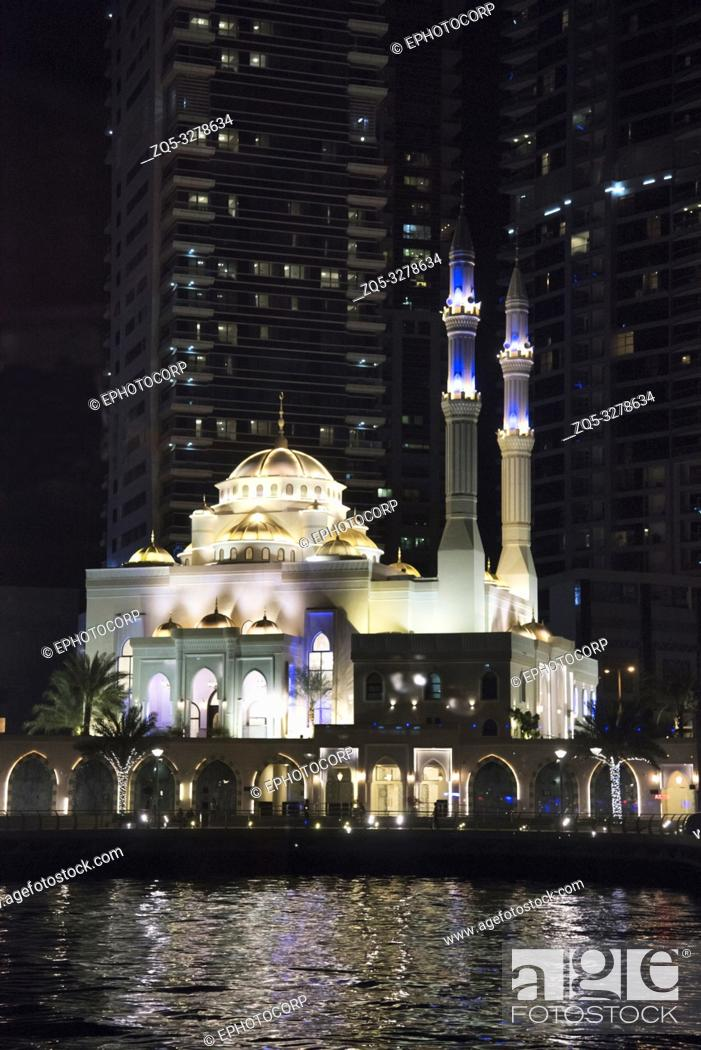 Photo de stock: Small mosque in Abu Dhabi at night, UAE.