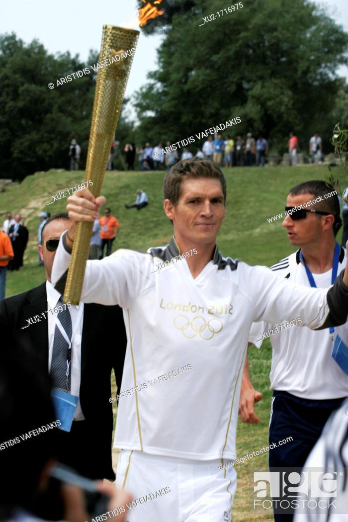 Imagen: 10 April, 2012 Olympia Greece  SPYROS GIANNIOTIS, Greece's world champion of swimming, carries the flame during the torch lighting ceremony of the London 2012.