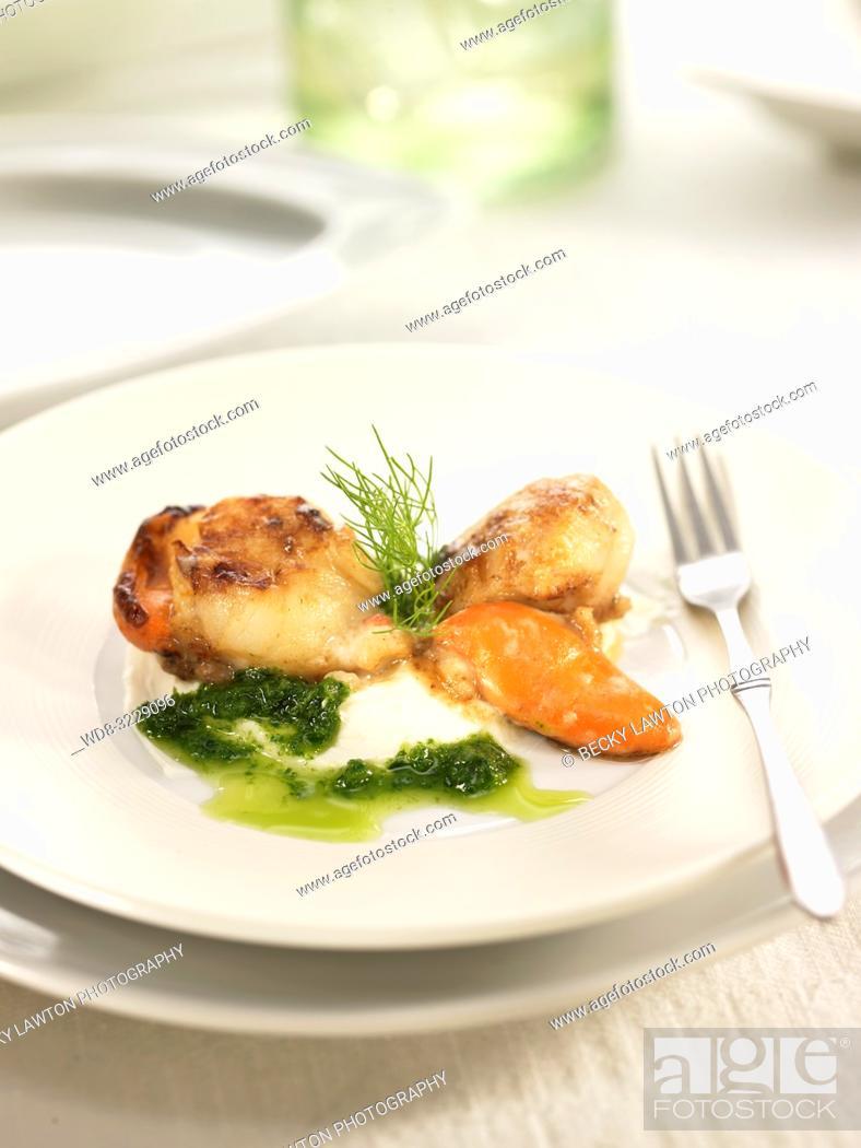Photo de stock: Pincho de vieiras salteadas con salsa de hinojo.
