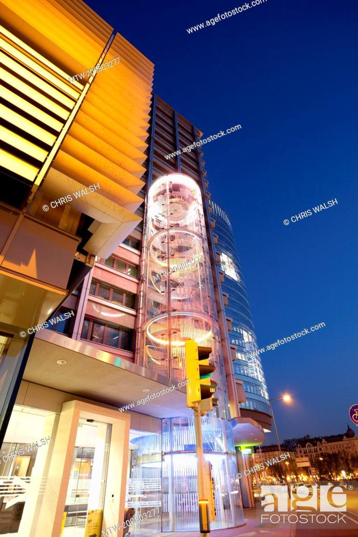 Imagen: Modern office building skyscraper Vienna night.
