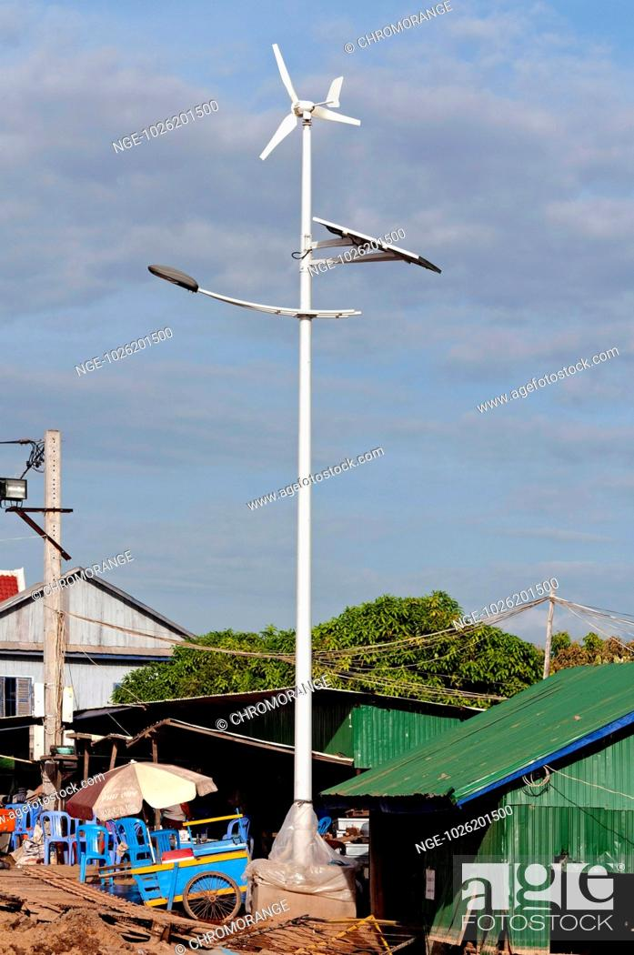 Imagen: New solar and wind hybrid street light, Areyskat village, Phnom Penh, Cambodia.