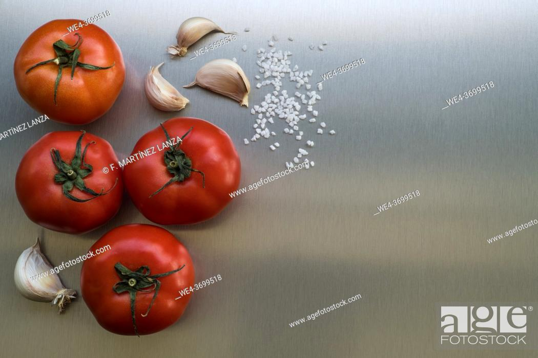 Imagen: Natural tomatoes with garlic and salt.