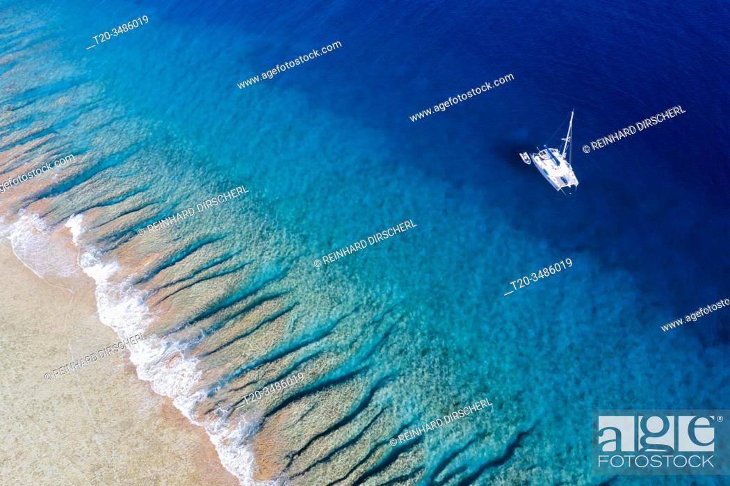 Imagen: Catamaran at Apataki Atoll, Tuamotu Archipel, French Polynesia.
